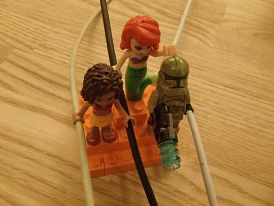 レゴのキャッシーク・クローン・トルーパーズKashyyyk Troopersと人魚姫とフレンズの女の子にMagSafeとUSBケーブルを持たせてみる2