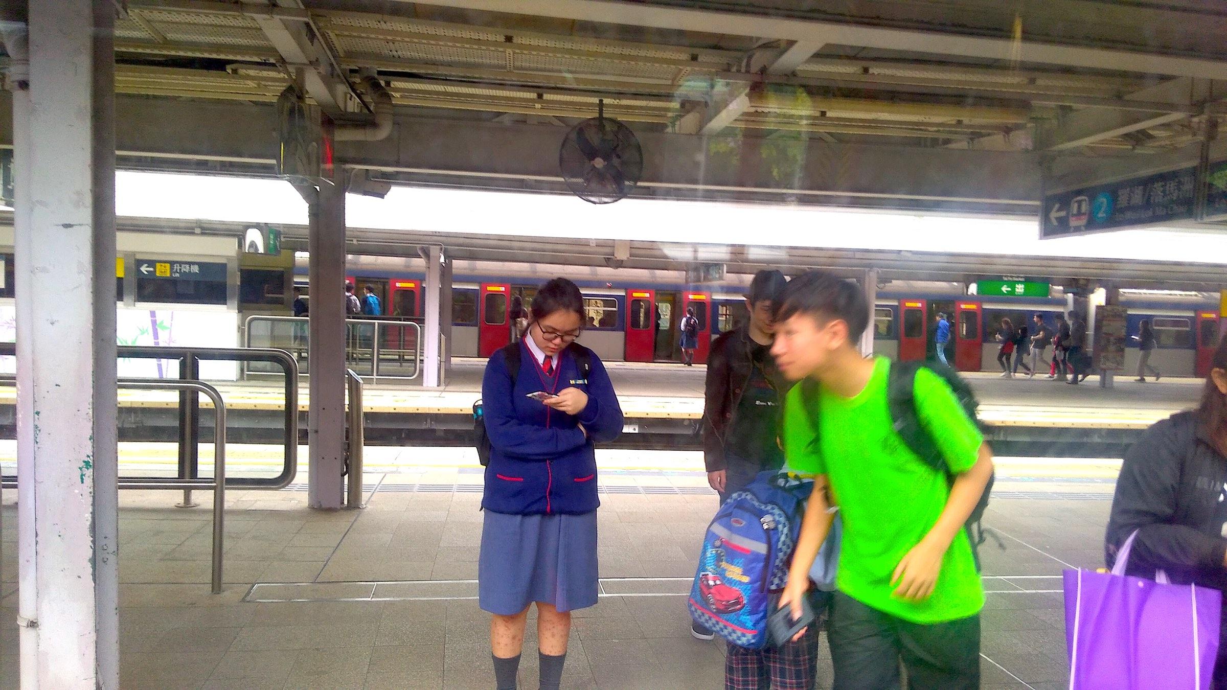 香港 旺角から中国国境の街 深セン 羅湖へ MTR 大埔墟 Tai Po Market Station_[0] 越境して香港の学校に通う子どもたち