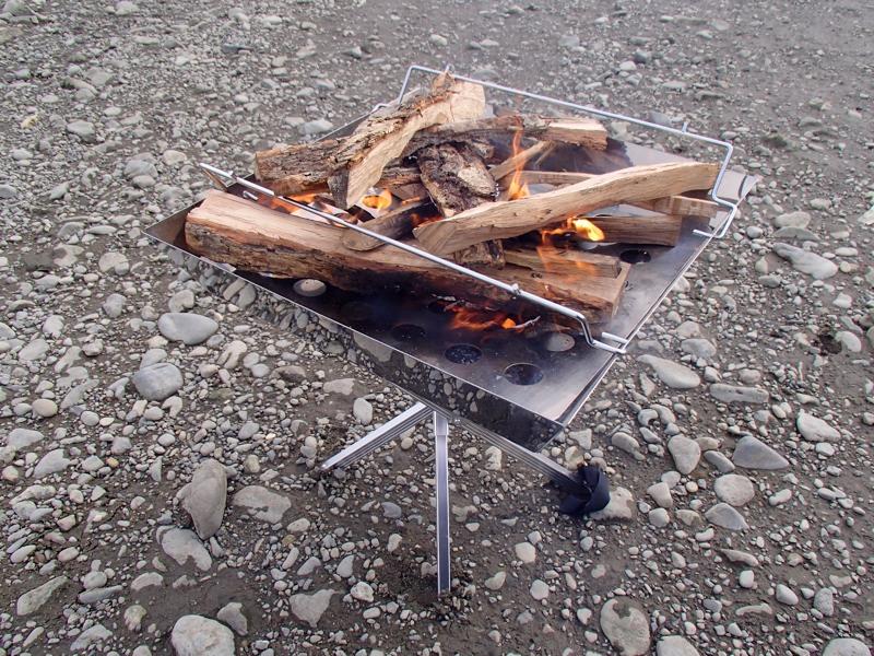 薪を割って焚き火