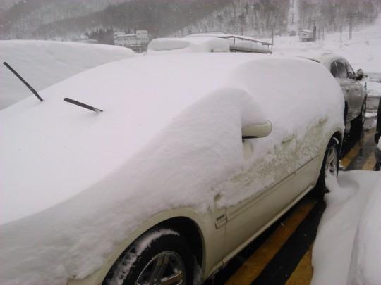 苗場の新雪に埋もれるダッジマグナム2