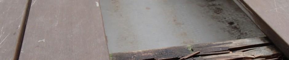 たわむウッドデッキを外してみると、下の枕木が腐ってることが