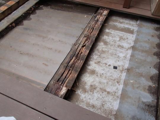 ウッドデッキの下の腐った枕木・大引き全体