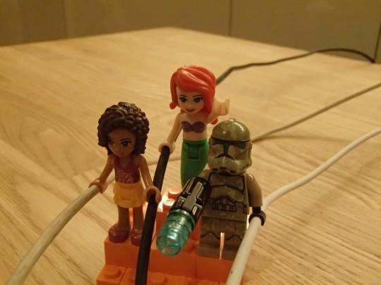 レゴのキャッシーク・クローン・トルーパーズKashyyyk Troopersと人魚姫とフレンズの女の子にMagSafeとUSBケーブルを持たせてみる3
