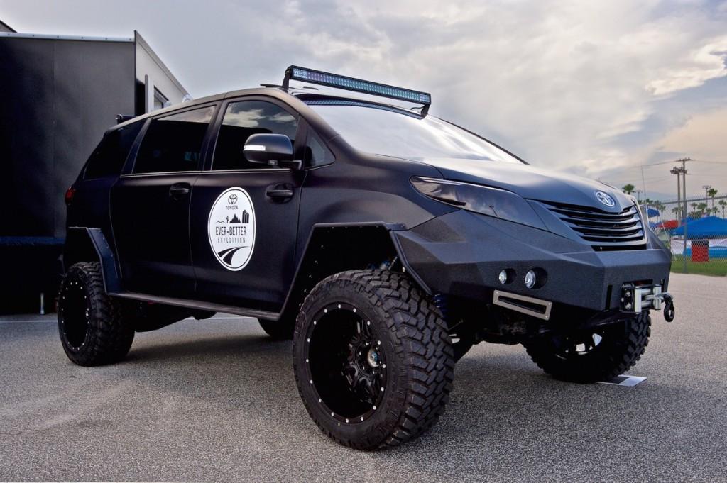 トヨタ シエナをベースに作った軍用車のようなユーティリティ・ビーグル 斜め前からあおってアップで