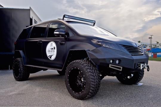トヨタ シエナをベースに作った軍用車のようなユーティリティ・ビークル 斜め前からあおってアップで