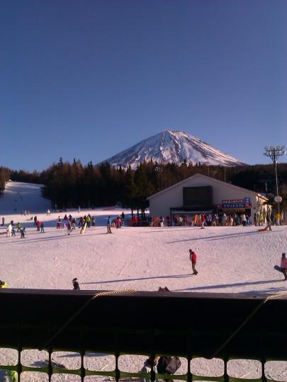 ふじてんのレストハウスの外席から富士山を望む