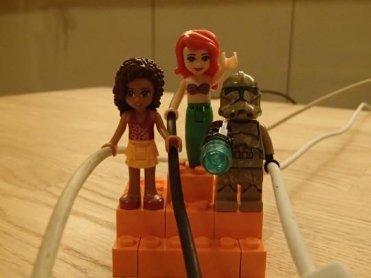 レゴのキャッシーク・クローン・トルーパーズKashyyyk Troopersと人魚姫とフレンズの女の子にMagSafeとUSBケーブルを持たせてみる1
