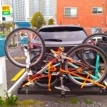 CX-8+ヒッチカーゴキャリアに自転車を2台積載 真後ろから1_[0]