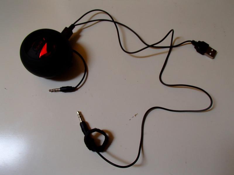 satechi speakers x-mini ⅡにUSBケーブルを刺して、2系統入力