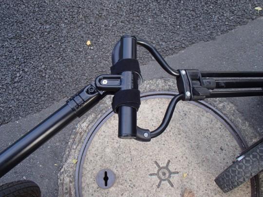 コストコの折りたたみワゴンの引き手とDIYで自作したヒッチメンバーをベルクロで接続1