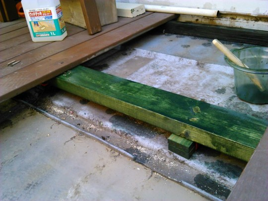 キシラデコールを塗った2×4材を枕木・大引きに。下には支え板
