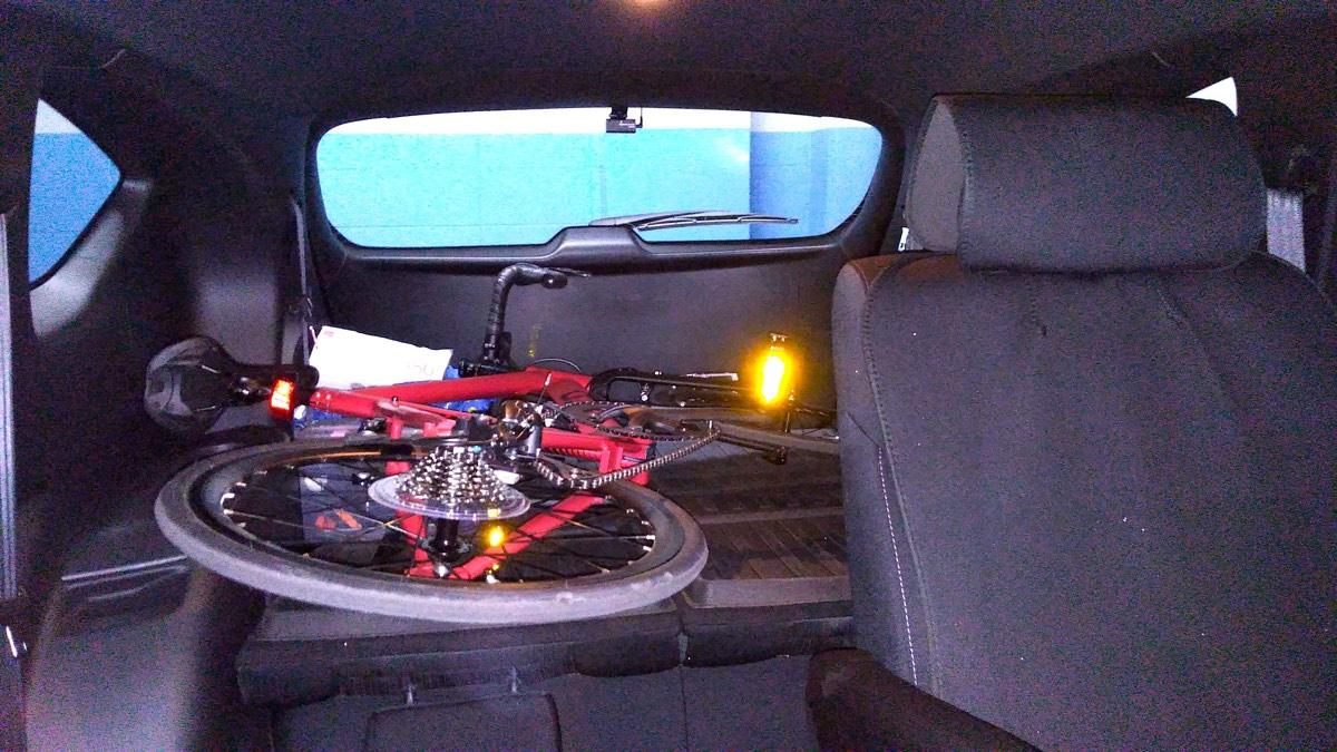 Tern Surge マットレッドをCX-8 荷室に中済み 運転席側から_[0]