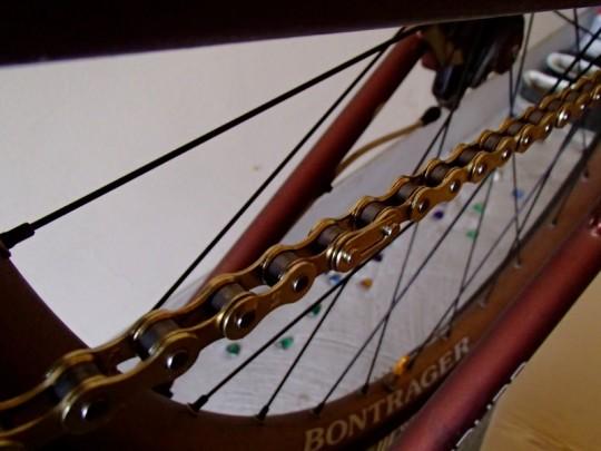 自転車に新しいチェーンを張ったところ。チェーンつなぎ