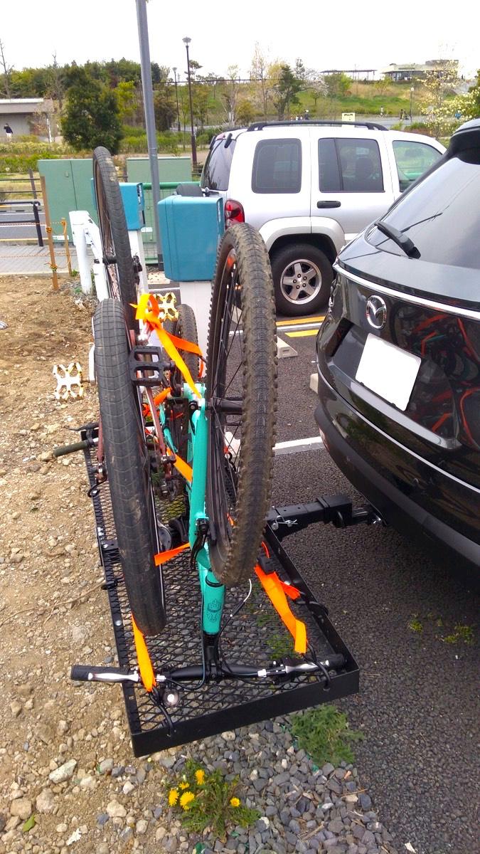 CX-8+ヒッチカーゴキャリアに自転車を2台積載 横から_[0]
