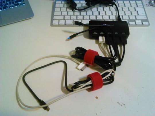 EC Technologyのシガーソケットから給電できる5ポートのUSBアダプタにUSBケーブルを挿したところ1