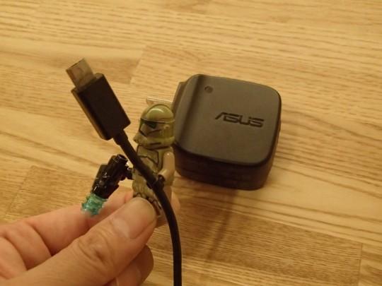 レゴのキャッシーク・クローン・トルーパーズKashyyyk TroopersにNexus7の純正USBケーブルを持たせてみたところ