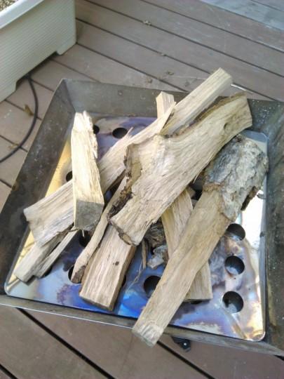 焚き火台に焼き芋をするための薪を積む