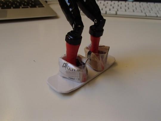 自作フィンガースノーボードwithレッドバスターの足