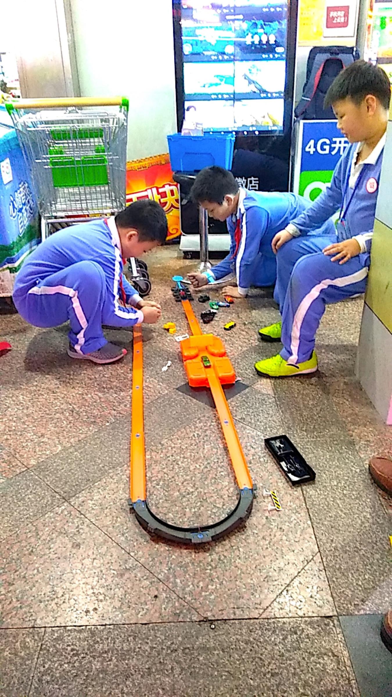 中国 深セン 福田の裏通り 子どもたちがミニカーで遊ぶ Shenzhen Futian DOWN TOWN_[0]