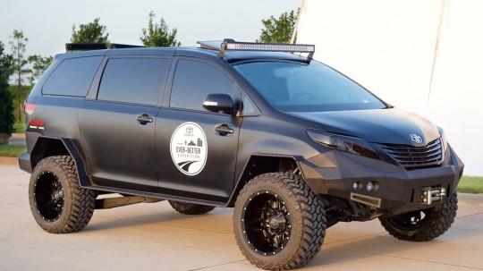 トヨタ シエナをベースに作った軍用車のようなユーティリティ・ビークル 斜め前から