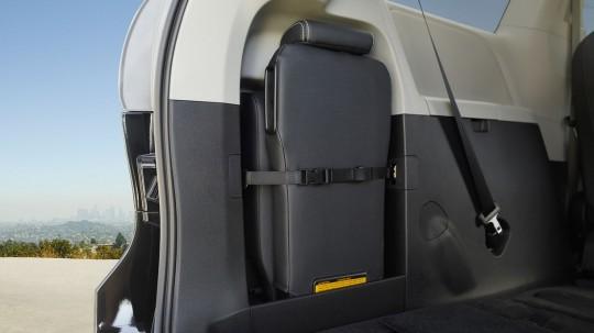 北米トヨタのミニバン シエナの2列目センターシートを荷室のサイドに収納