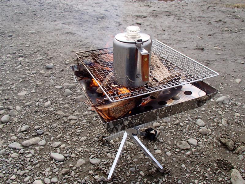 薪を割って焚き火でパーコレータでお湯を沸かす