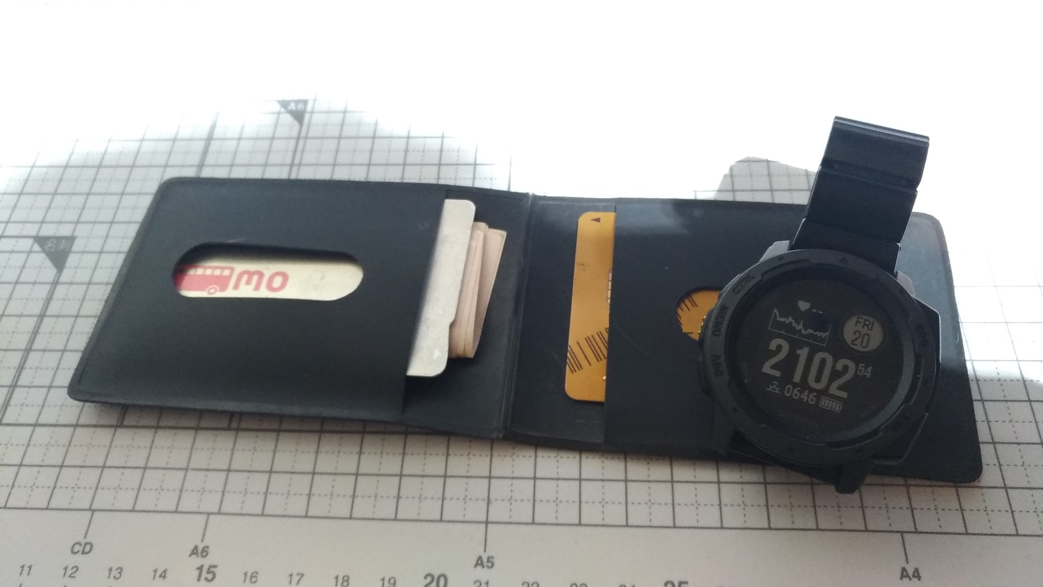 Garmin InstindtとSONY wena wrist proとPASMOとクレジットカード_[0]
