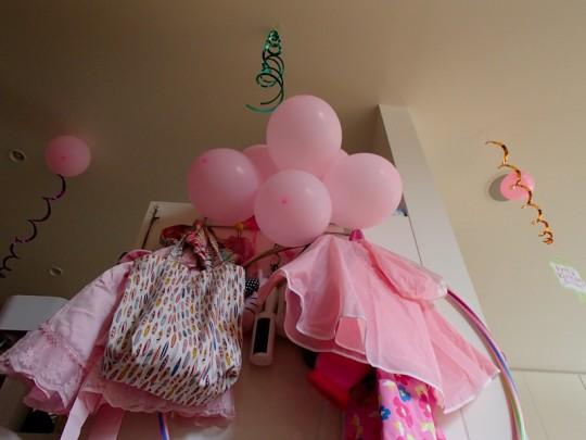 ピンクの風船のレインコート