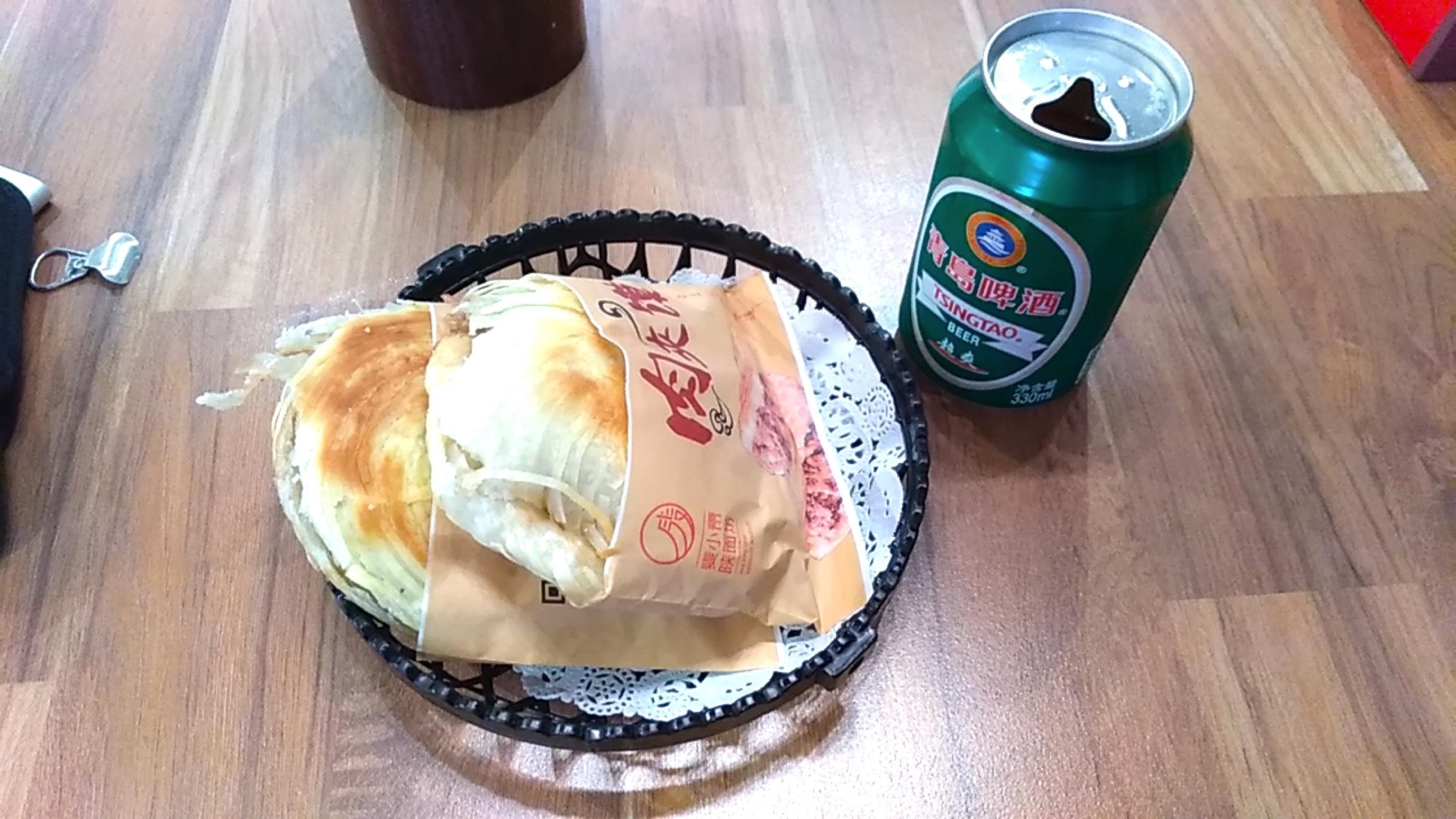 中国 深セン 福田の裏通りの飲食店で夕ご飯 青島ビールと肉サンド Shenzhen Futian DOWN TOWN_[0]