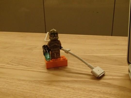 レゴのキャッシーク・クローン・トルーパーズKashyyyk TroopersにMagSafeケーブルを持たせてみたところ1