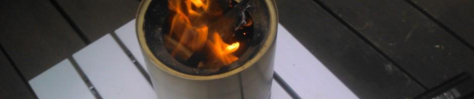 solo stove titanで、自宅のテラスのウッドデッキの上で焚き火
