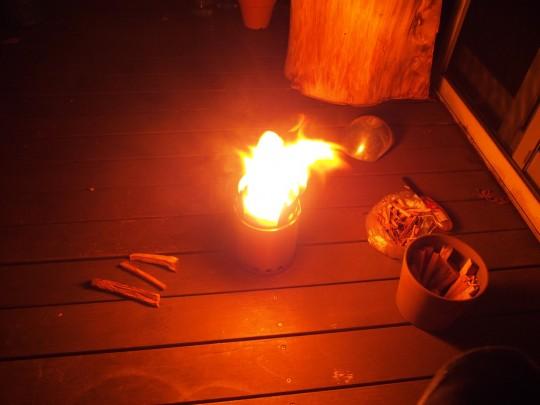 solo stove titanで、自宅のテラスのウッドデッキの上で焚き火 ウッドデッキ直置き 夜に1人で2