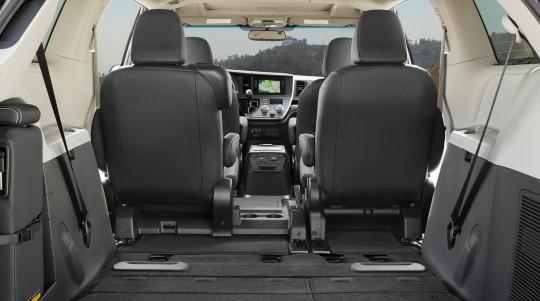 北米トヨタのミニバン シエナの3列目シートを6:4分割して床下に収納