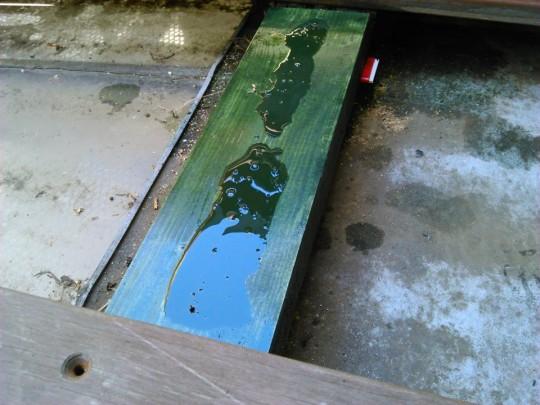 腐った枕木・大引きの交換。ネジ穴開け後にもう一度開いて、穴に再度キシラデコール