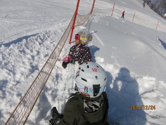 苗場第二ゴンドラ上の筍平ゲレンデ脇の雪山で子供たちを遊ばせる