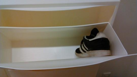 IKEA 靴収納TRONESトローネスの中に靴を入れた所