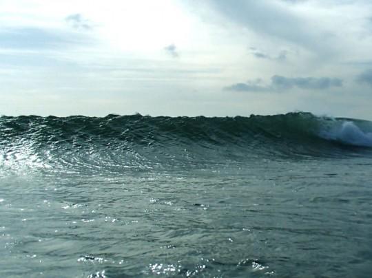 綺麗に割れている波、水中撮影