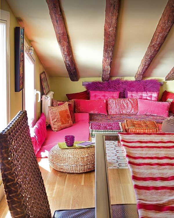 ウッディにピンクと紫のインテリア