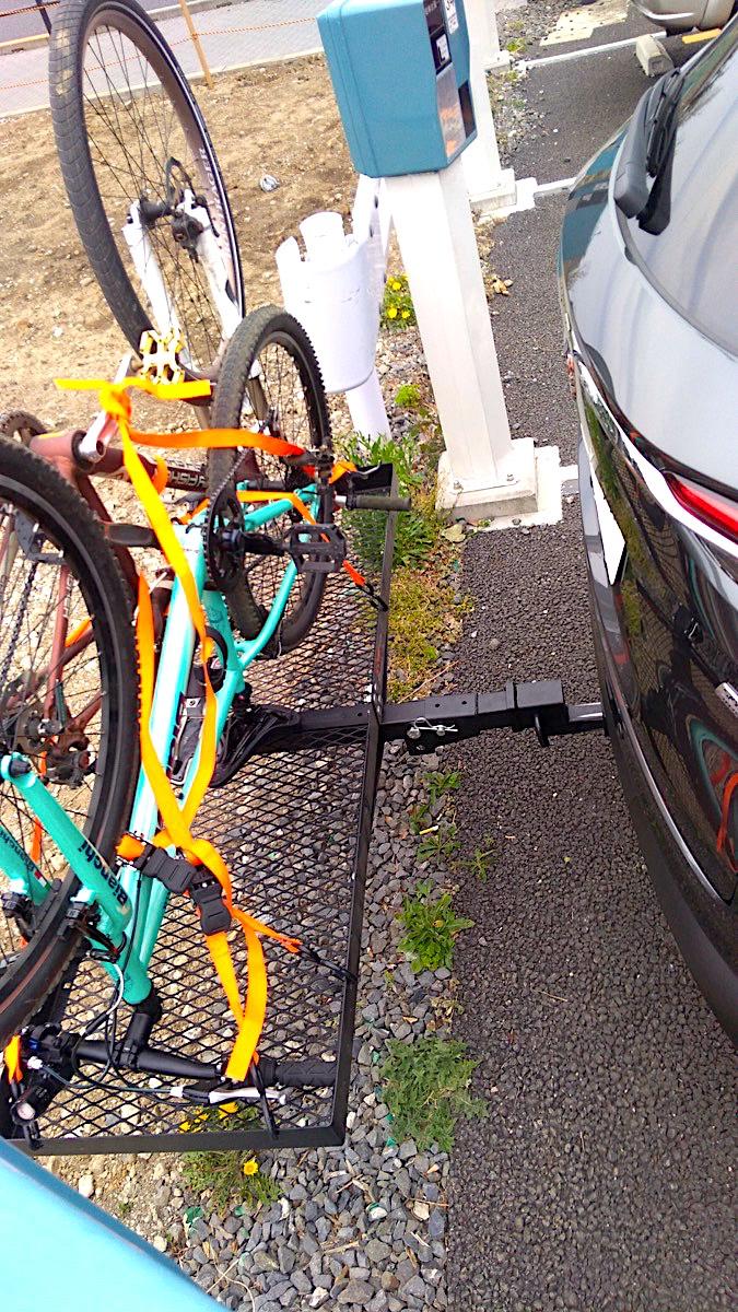 CX-8+ヒッチカーゴキャリアに自転車を2台積載 横から リアゲート開ける1_[0]
