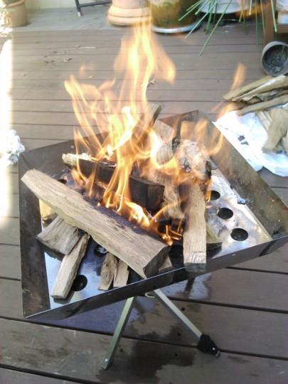 焚き火台の薪が燃え上がる