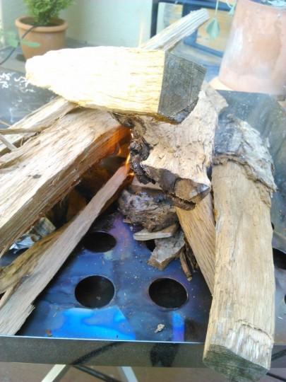 焚き火台の薪に着火