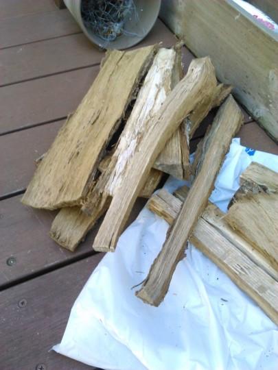 焚き火台で焼き芋をするための薪の用意1