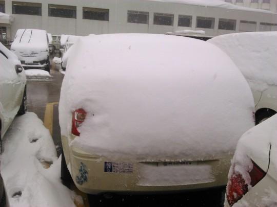 苗場の新雪に埋もれるダッジマグナム1