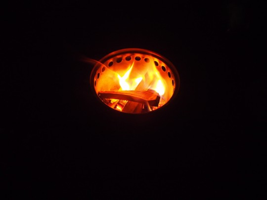 solo stove titanで、自宅のテラスのウッドデッキの上で焚き火 夜1
