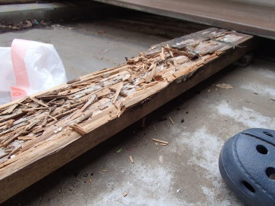 腐った枕木・大引きの表面を全部剥がしたところ。内部までボロボロ