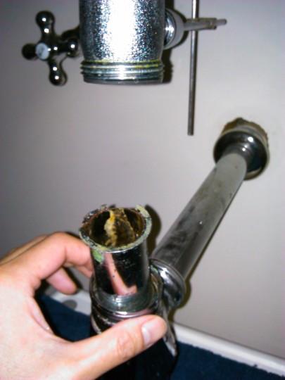 洗面台の下の配管の水漏れ 外してみると、パッキンのあたる部分が破損1