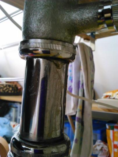 洗面台の下の配管の水漏れ